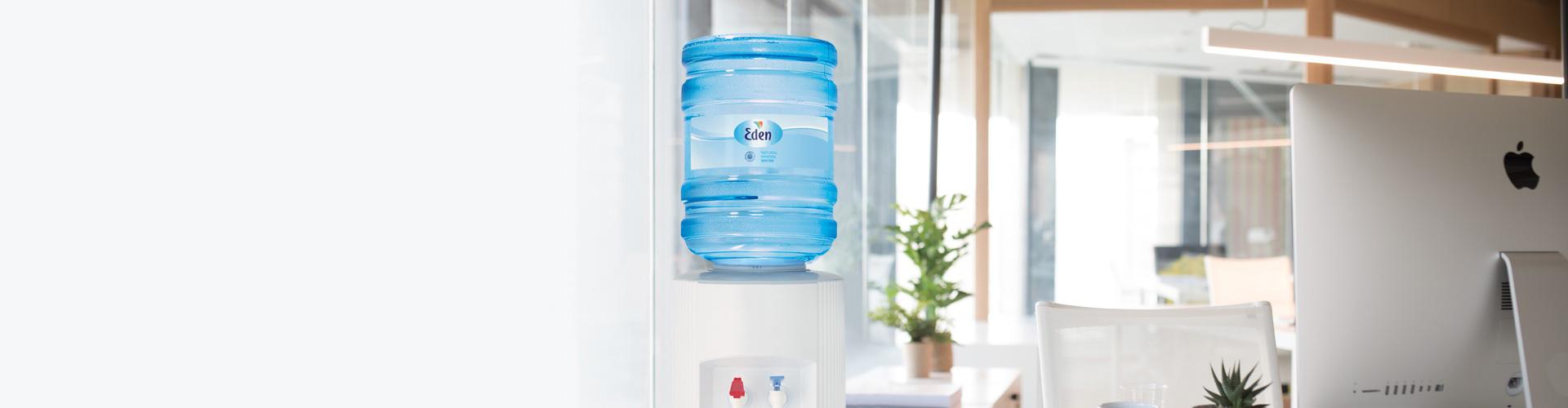 Eden Springs Wasserspender mit Flaschen
